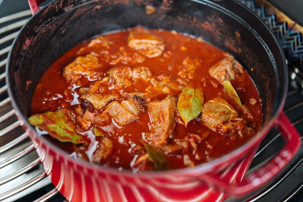 Danach kommen das Fleisch, Tomaten, Rotwein, etc. mit in das Gulasch