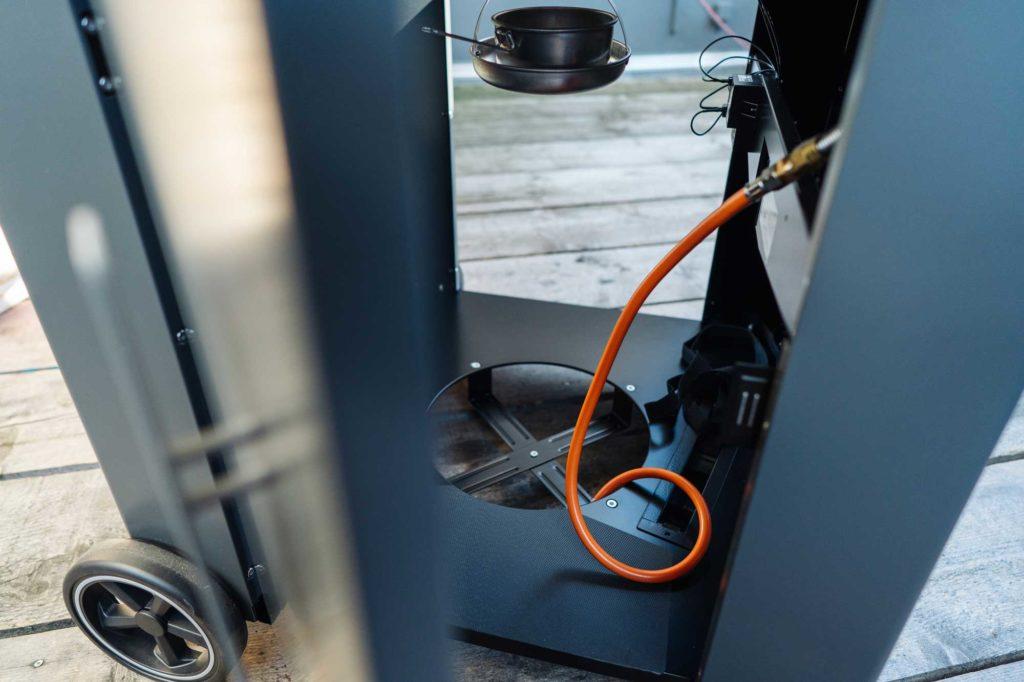 Gasanschluss und viel Stauraum im Unterbau des Gas Kugelgrills