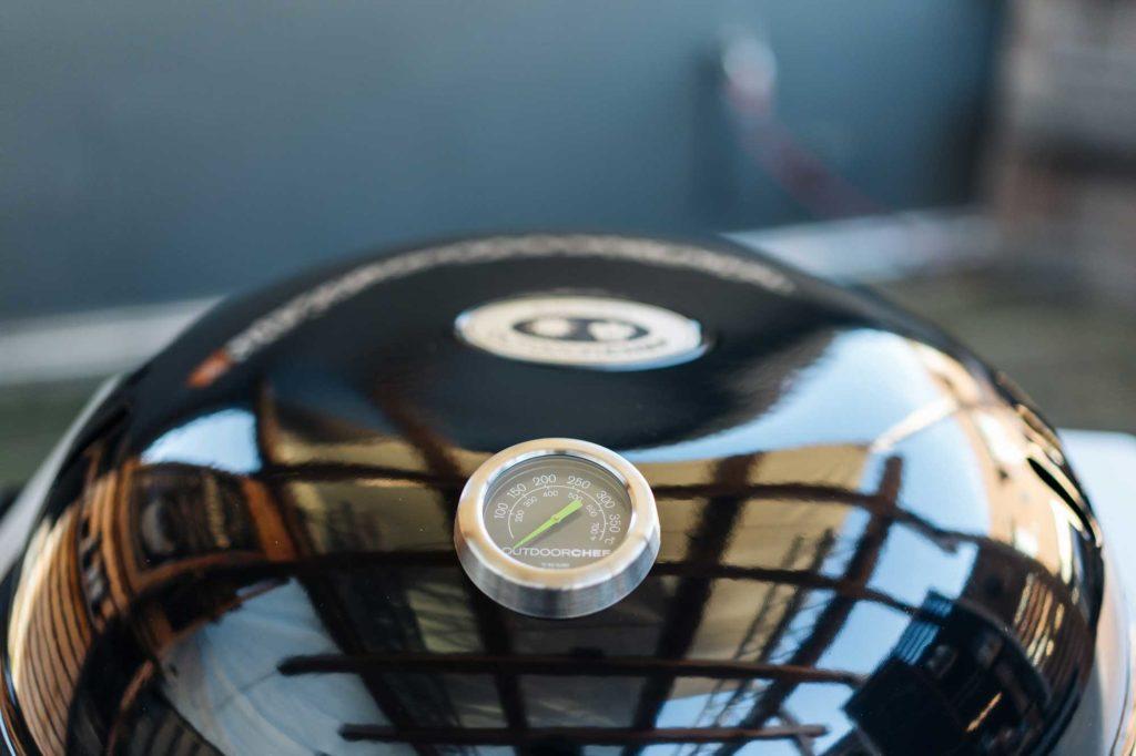 Das Deckelthermometer zeigt zuverlässig die Temperatur im Grill an