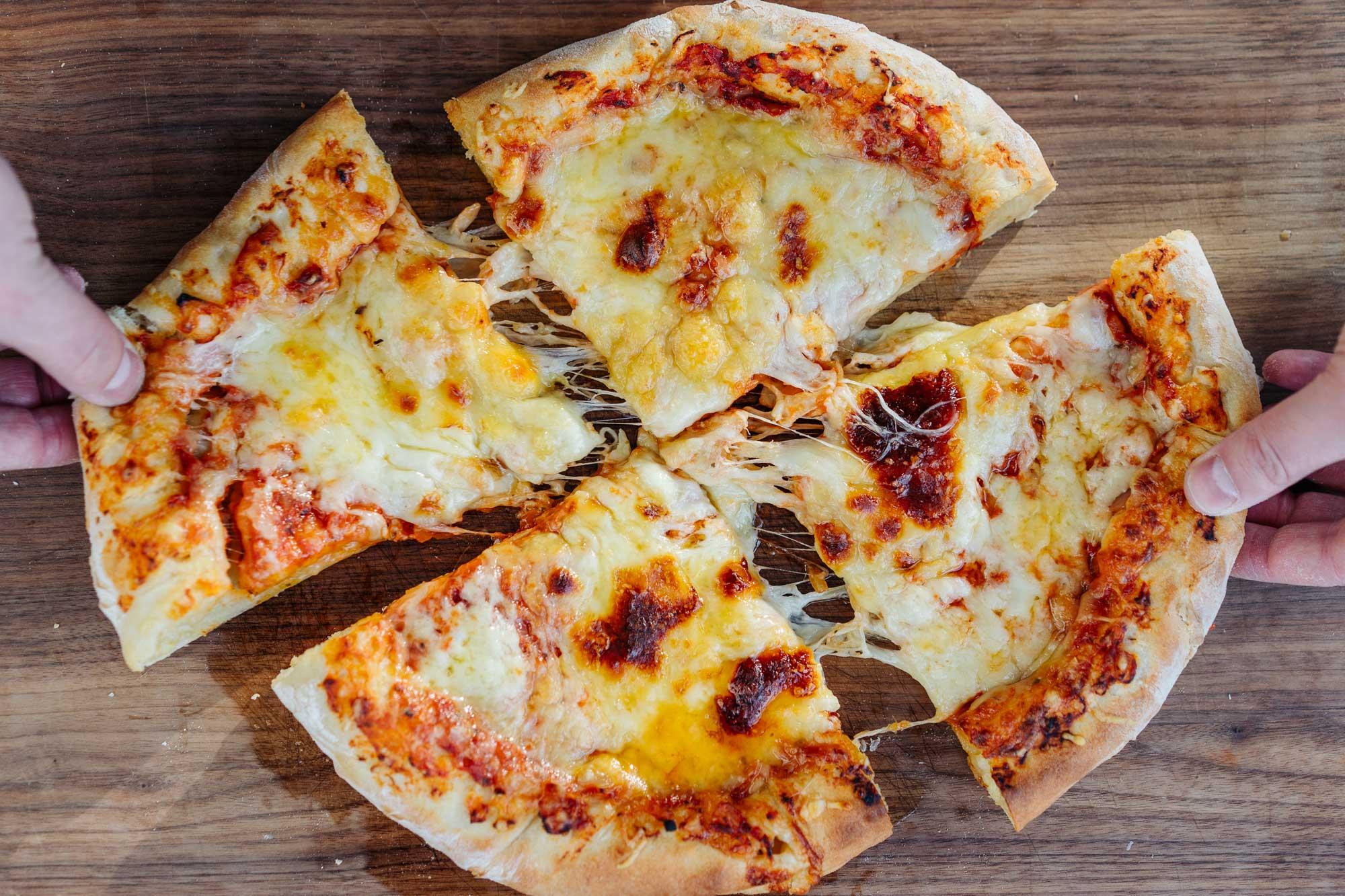 New York Pizza Rezept – Käsepizza mit Käserand
