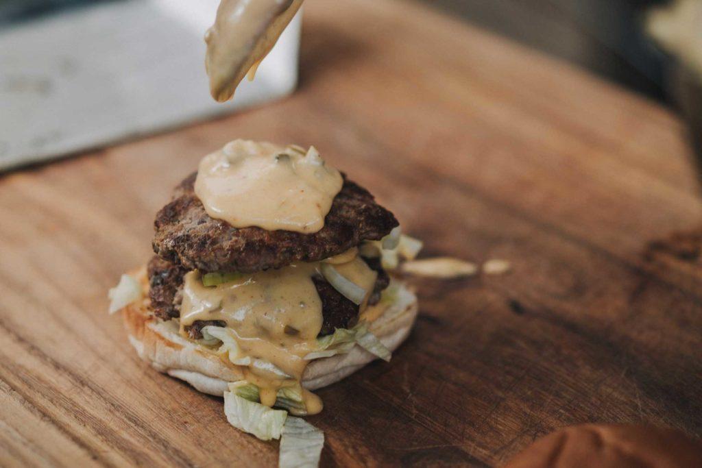 Der Smashed Burger wird großzügig belegt