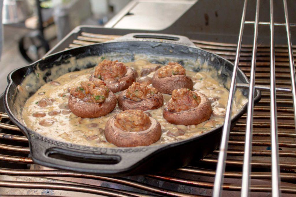 Champignon Pfanne mit Knoblauch Dip und gefüllten Champignons