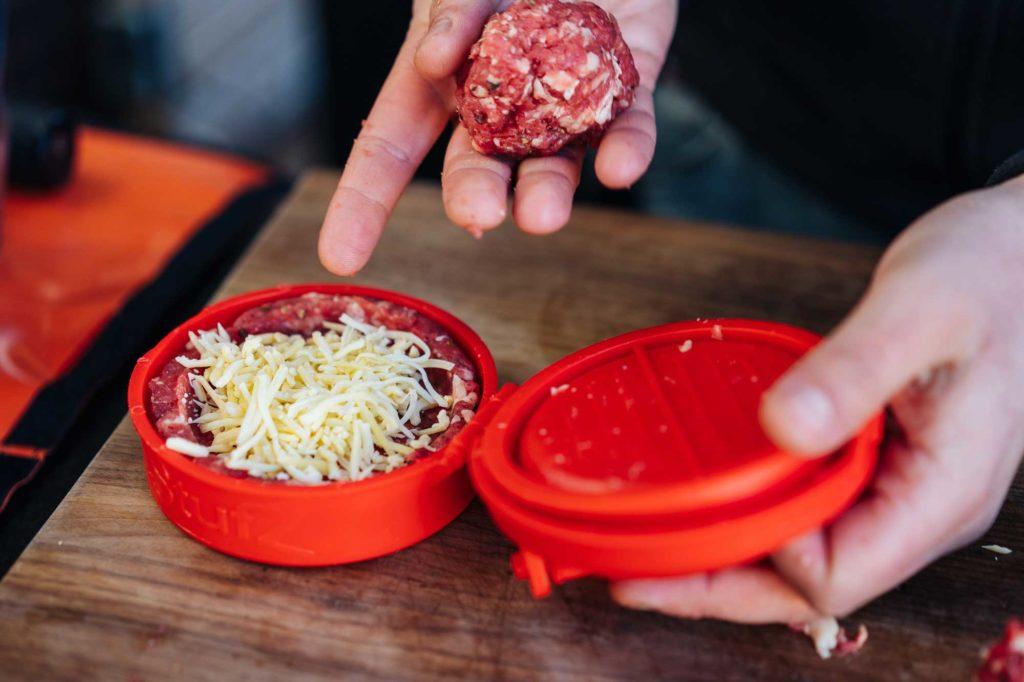 Mit der speziellen Burgerpresse werden Patties für den Stuffed Cheeseburger hergestellt