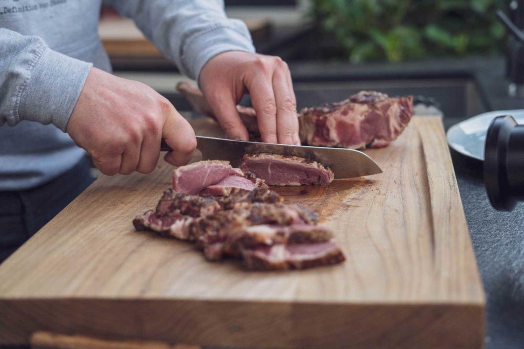 Nach dem Anbraten wird das Fleisch aufgeschnitten...
