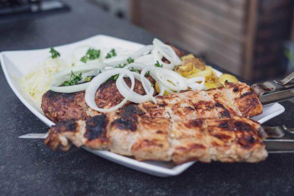 Bifteki Rezept - Griechischer XXL Grillteller