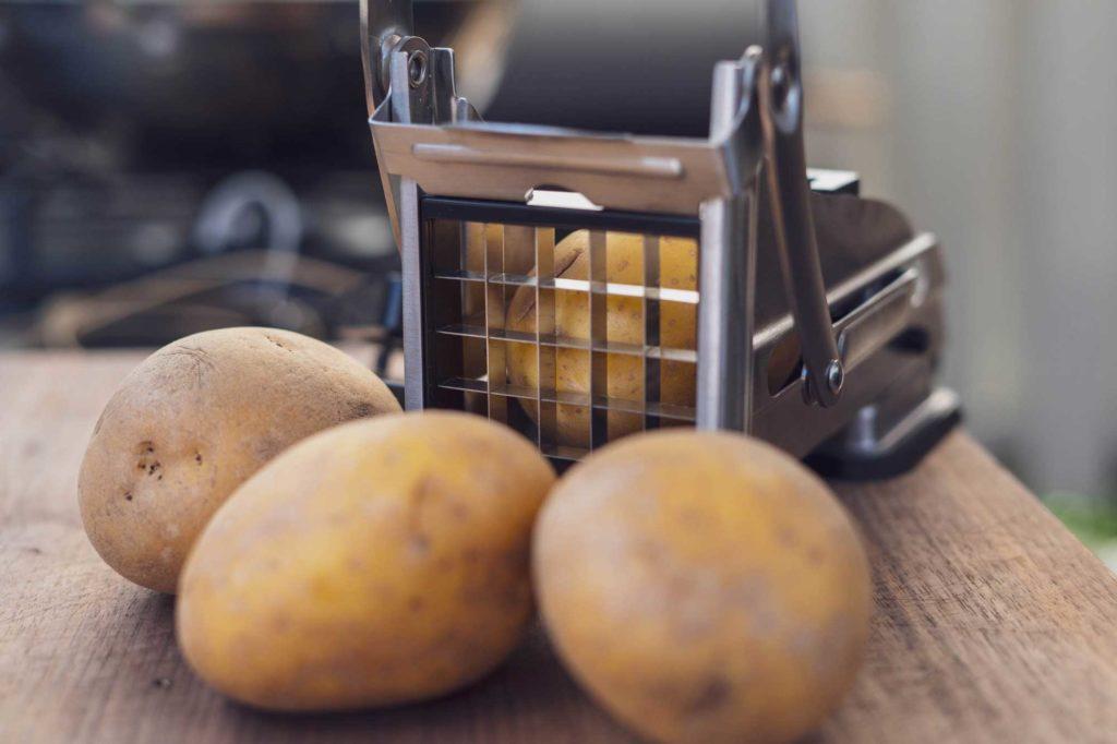 Frische Kartoffeln mit passendem Schneider