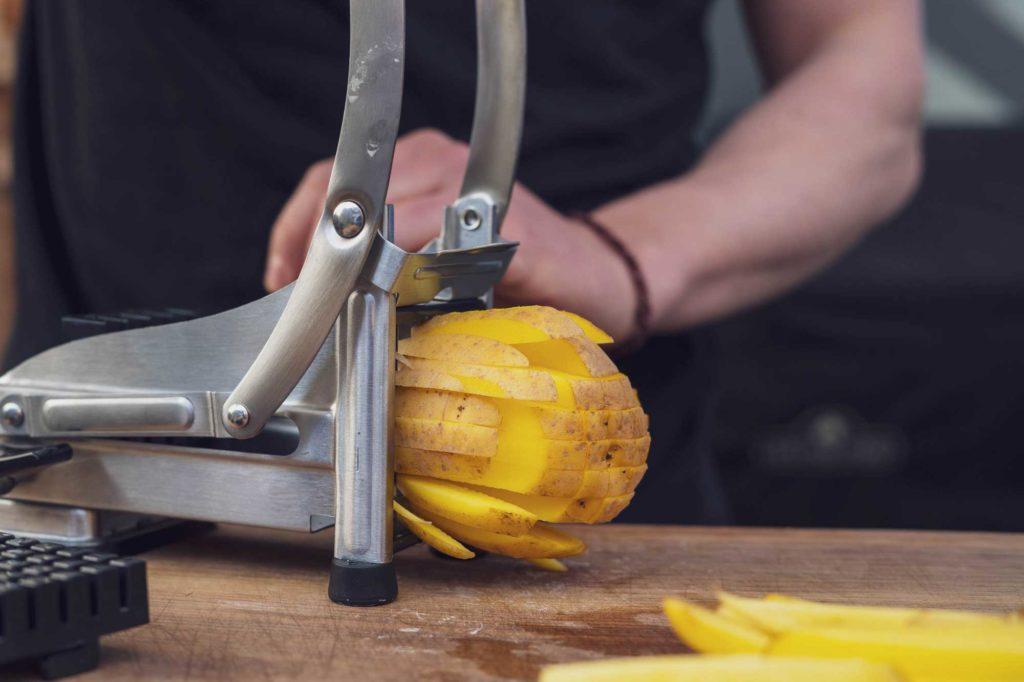 Kartoffeln in Streifen schneiden