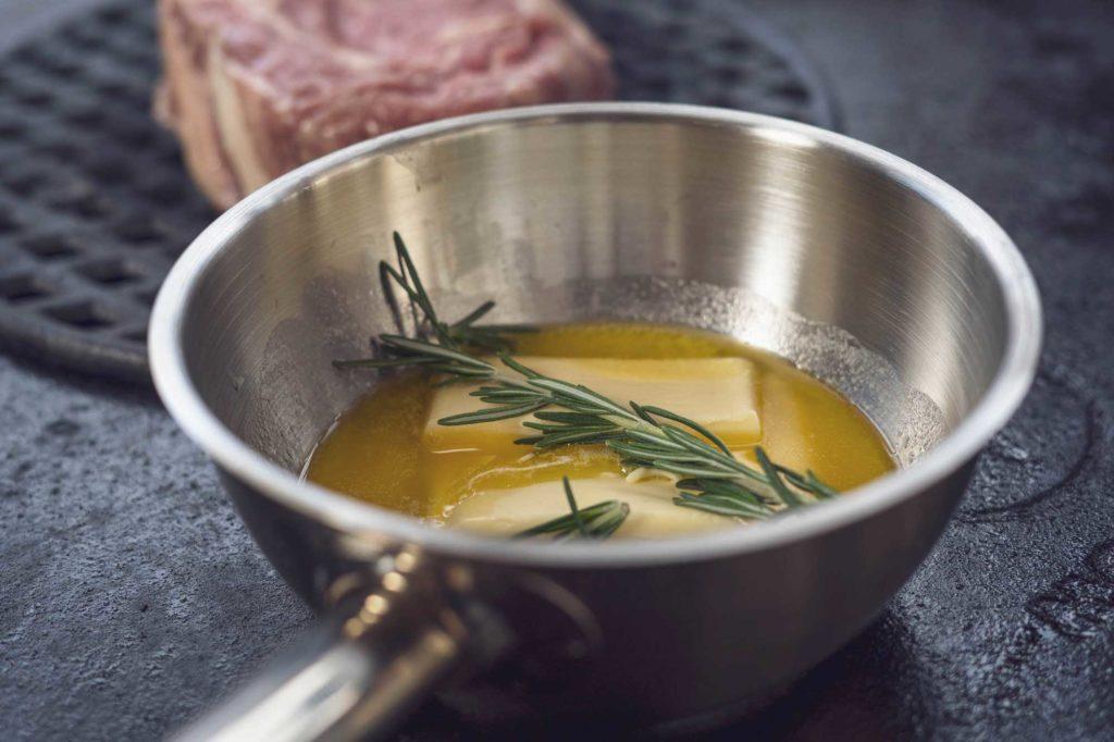 Die Butter wird im Topf geschmolzen