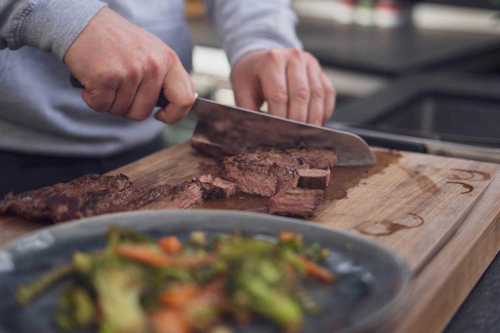 und aufschneiden. Fertig ist das Flap Steak mit Asia Wok Gemüse