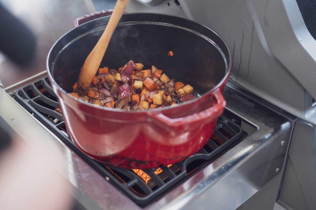Das Gemüse wird scharf angebraten und mit Rotwein abgelöscht
