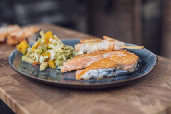 Lachs Steak vom Salzstein mit Fenchel-Orangen-Salat