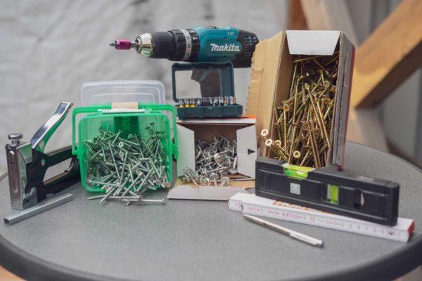 Schrauben und Werkzeug