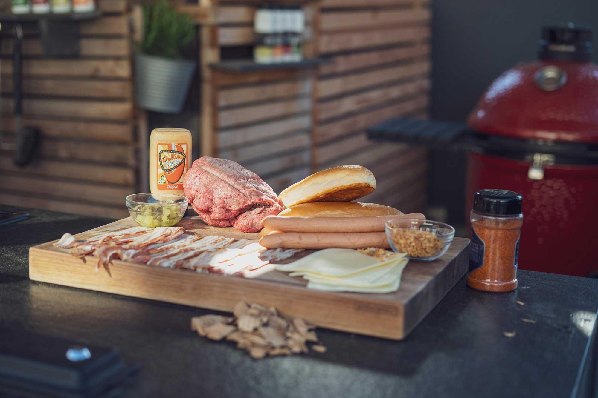 Die Zutaten für den Bacon Bomb Hot Dog