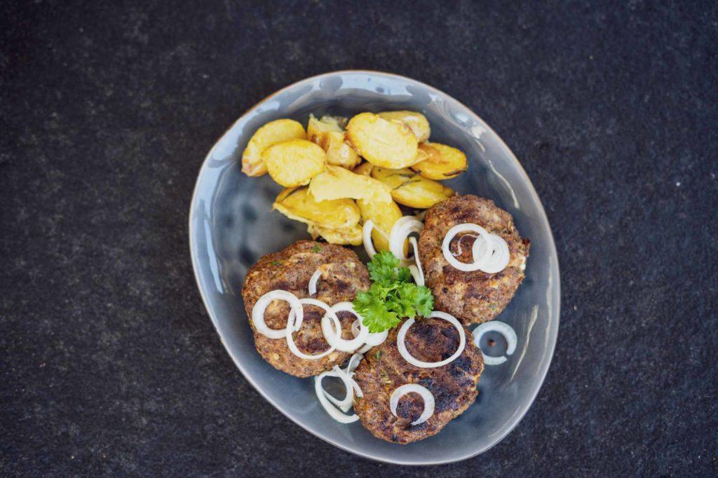 Das fertige Bifteki mit den griechischen Kartoffeln