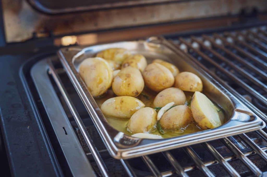 Die Kartoffeln backen im Knoblauch-Rosmarin Öl