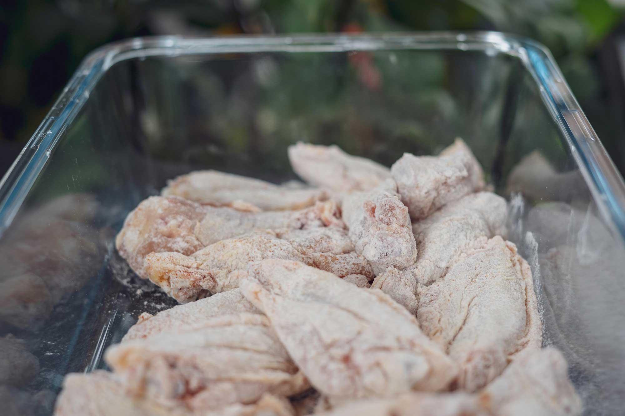 Die mehlierten Chicken Wings kommen gleich ins heiße Öl