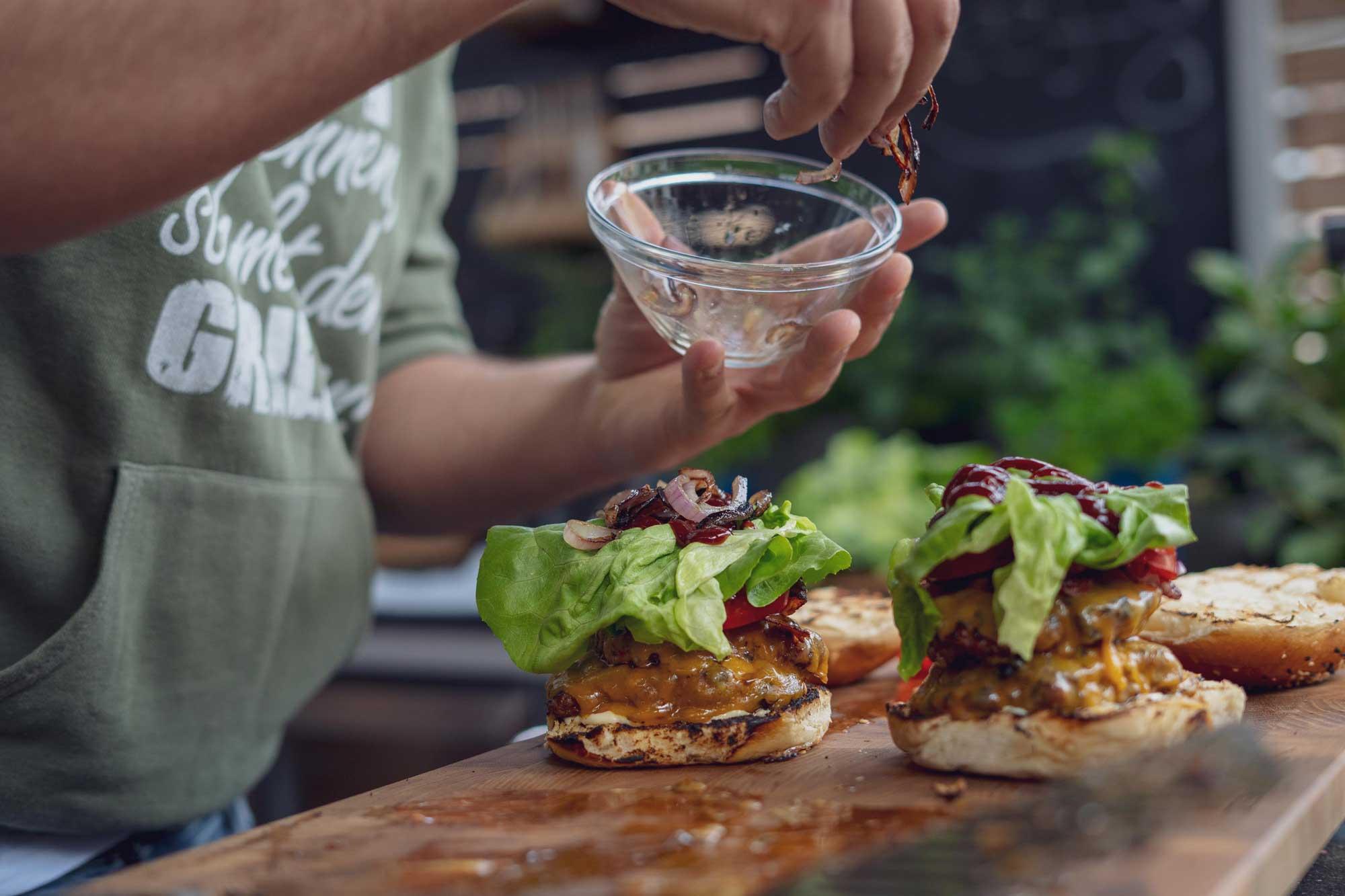 Gleich ist der Double Steakhouse Burger fertig