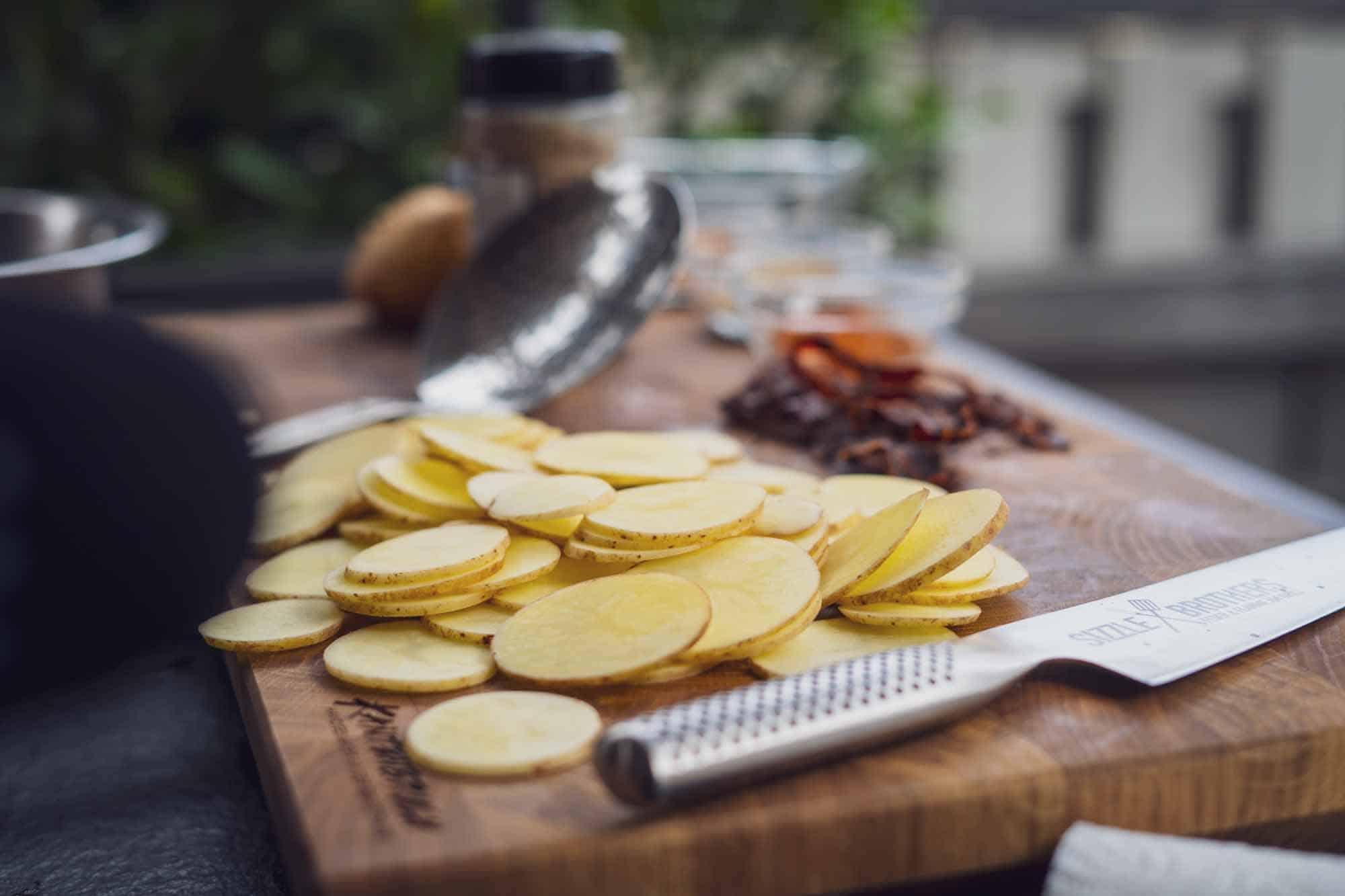 Die Kartoffeln werden in 2 - 3 mm dicke Scheiben geschnitten