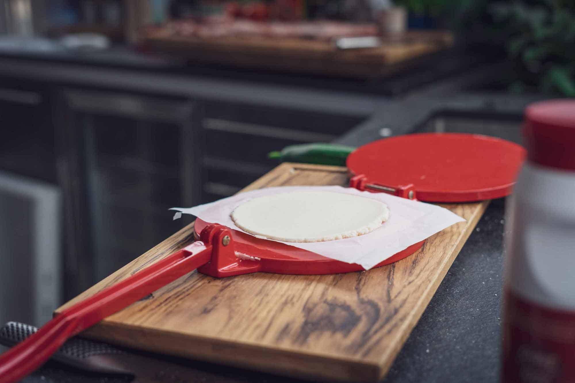 In der Tortilla Presse den Teig zu kleinen Faden pressen