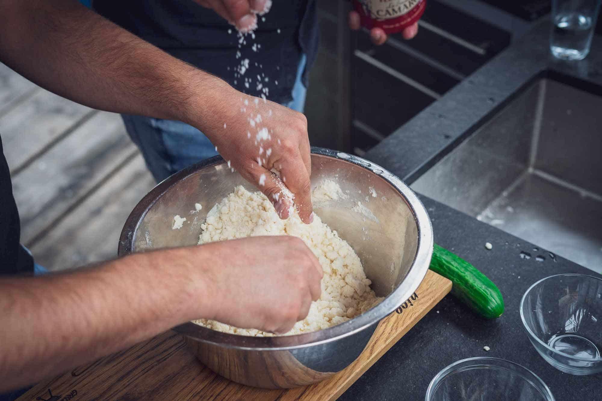 Den Teig gut kneten und mit ausreichend Wasser vermengen