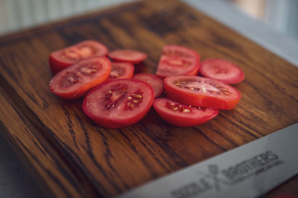 Geschnittene Tomaten auf dem Brett